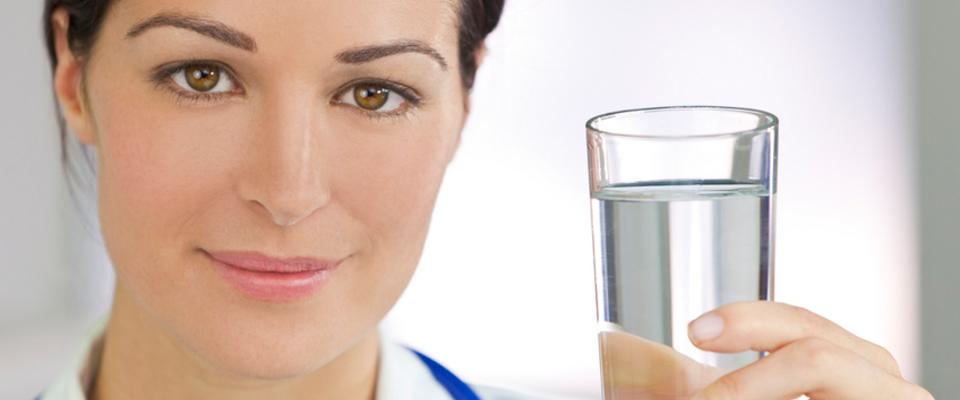 Как быстро девушке убрать живот: пьем воду