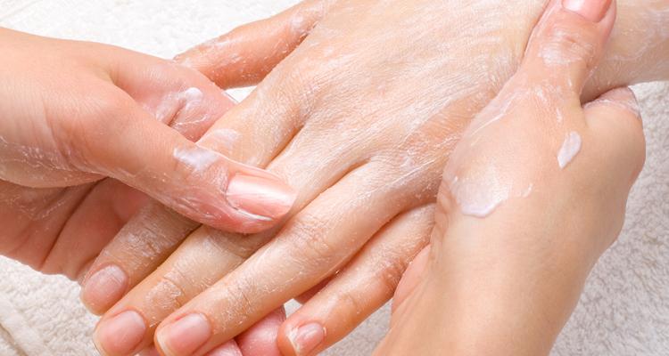 уход за кожей рук может подразумевать пользование кремами, купленными в магазине, но не меньше пользы принесут и народные средства, изготовленные по старинным рецептам.